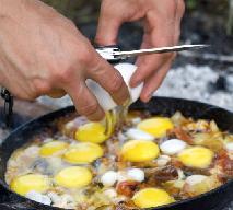Jajecznica na obiad? Przepis na sycącą jajecznicę z kiełbasą