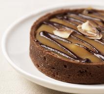 Tarta karmelowa z bezą: przepis na pyszne ciasto