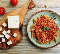 Makaron z czerwonym pesto i tofu z menu beszamel
