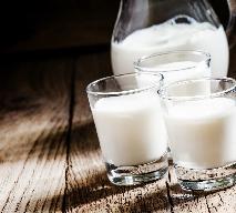 Jak zrobić domowy kefir i zsiadłe mleko? Dlaczego warto je pić w upały?