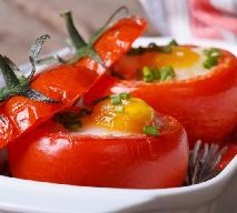 Pomidory faszerowane z soczewicą, boczkiem i jajkiem: pomysł na pożywny lunch