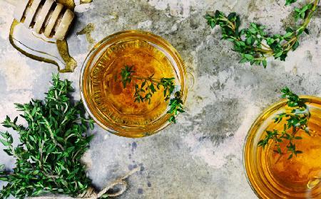 Rozgrzewający napój z miodu pitnego z ziołami na jesienne infekcje