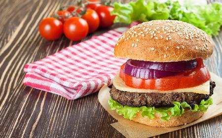 Domowe burgery: jak zrobić hamburgery w domu? [przepis]