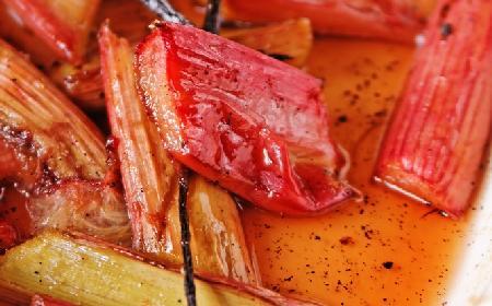 Rabarbar pieczony w winie z orientalną nutą - przepis na deser dla dorosłych