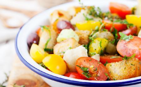 Toskańska sałatka z pomidorów z grzankami [Panzanella]