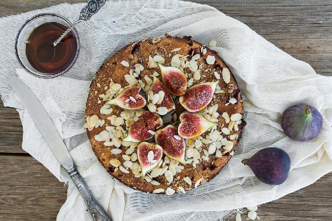 Ciasto figowo-migdałowe z kokosowo-miodową glazurą