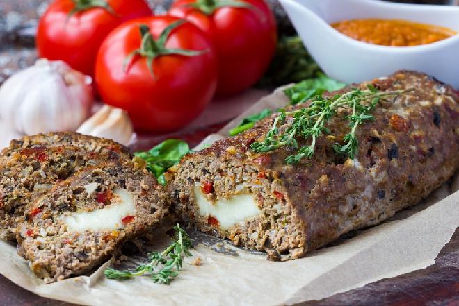 Idealny klops nadziewany serem mozzarella: doskonały na ciepło, przepyszny na zimno