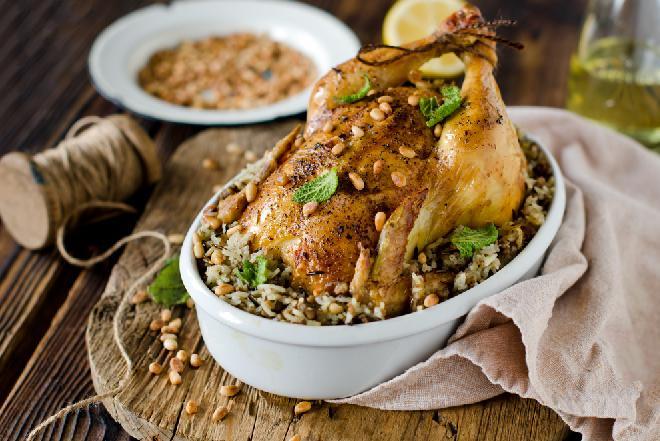 Kurczak nadziewany ryżem z rodzynkami i orzeszkami piniowymi: pomysłowy przepis na rodzinny obiad
