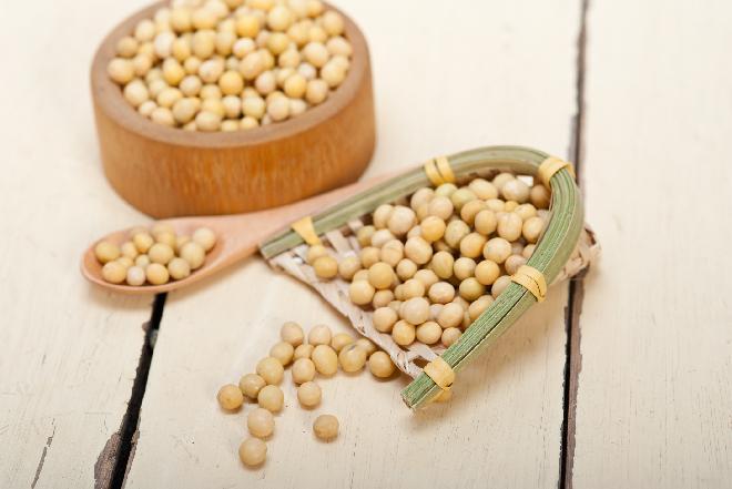 Co zrobić z soi? Chrupiąca sałatka confetti z soją i papryką