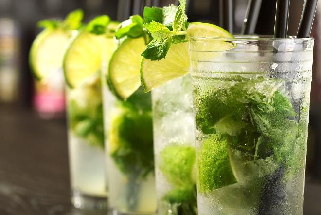 Mojito: jak przygotować tego drinka? [WIDEO]
