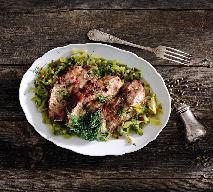 Czosnkowe kotlety wieprzowe duszone w młodej kapuście: obfity obiad dla rodziny
