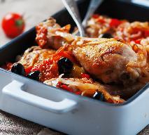 Kurczak zapiekany ze świeżymi pomidorami, cebulą i czarnymi oliwkami