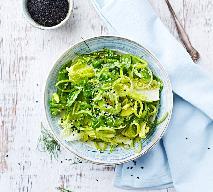 Sałatka z pora na obiad: łatwy przepis na surówkę z porem i sałatą rzymską