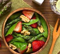 Szparagi ze szpinakiem i truskawkami: przepis na pyszną sałatkę