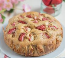 Ciasto z rabarbarem: biszkoptowy placek z kawałkami rabarbaru + QUIZ