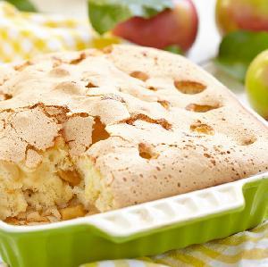 Jabłecznik biszkoptowy: przepis na delikatny i pyszny biszkopt maślany z jabłkami