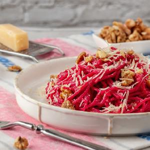 Makaron z buraczanym pesto: łatwy przepis na szybki obiad bez mięsa