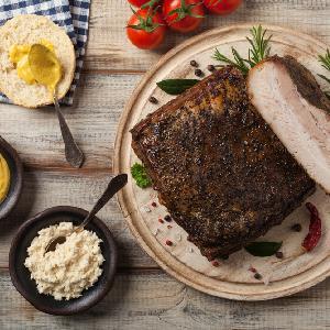 Idealnie soczysty boczek pieczony w musztardzie: na obiad i na kanapkę