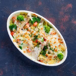 Ryba zapiekana z warzywami w sosie cytrynowo-pieprzowym