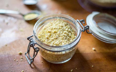 Jak zrobić wegański parmezan: wystarczy 1 minuta i 3 składniki