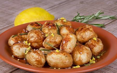 Młode ziemniaki pieczone z cytryną: od teraz zapomnicie o gotowanych ziemniakach
