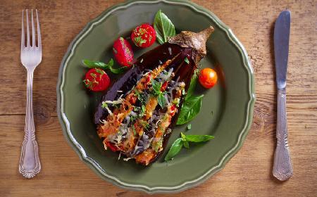 Wachlarze z bakłażanów nadziewanych mięsem: pyszna i efektowna zapiekanka