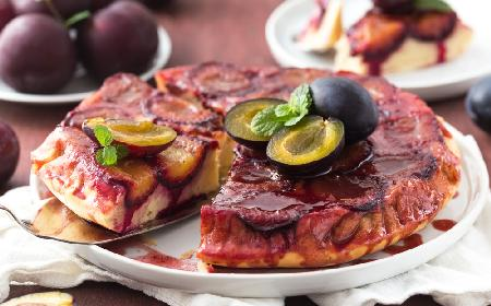 Karmelowy placek ze śliwkami do góry nogami: genialne ciasto z owocami na ciepło