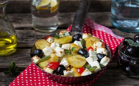 Grecka patelnia - szybkie danie z zapiekanych ziemniaków z fetą