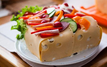 Tort kanapkowy z kremem z wędzonej szynki [WIDEO]