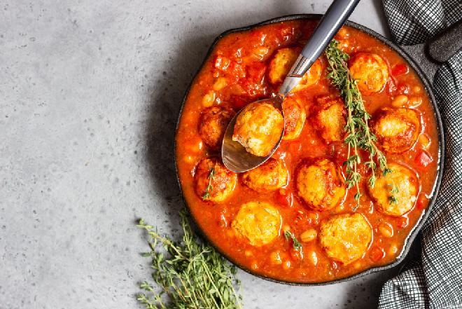 Klopsiki indycze z papryką i fasolą w ostrym sosie