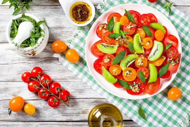 Sałatka pomidorowa z kiwi i miętą
