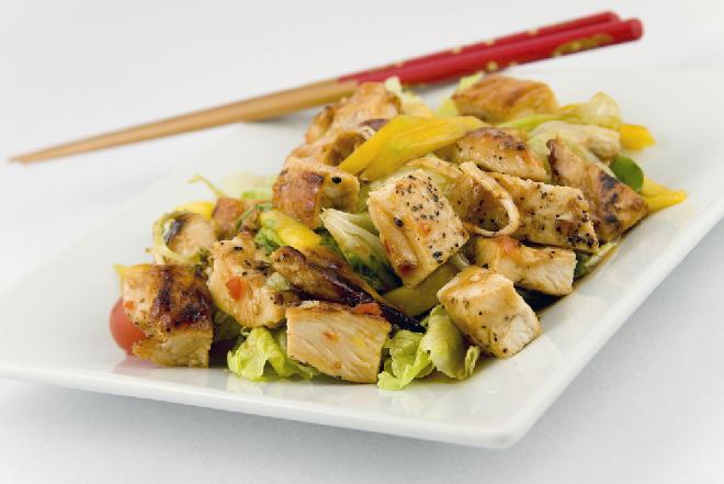 Sałatka z pieczonego kurczaka z sosem curry