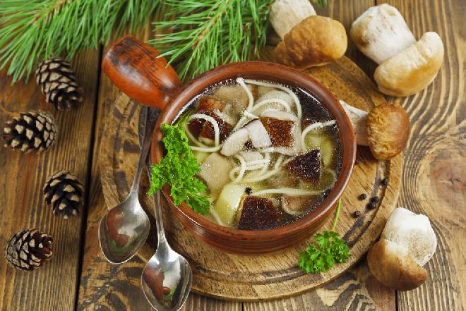 Mniamuśna zupa borowikowa: przepis na grzybową z prawdziwkami, makaronem i ziemniakami