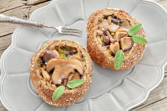 Ekstra bułeczki nadziewane pieczarkami - idealny sposób na czerstwe pieczywo!