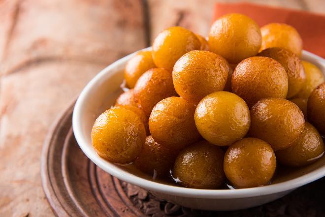 Indyjskie pączki gulab jamun- jak je przygotować? [WIDEO]