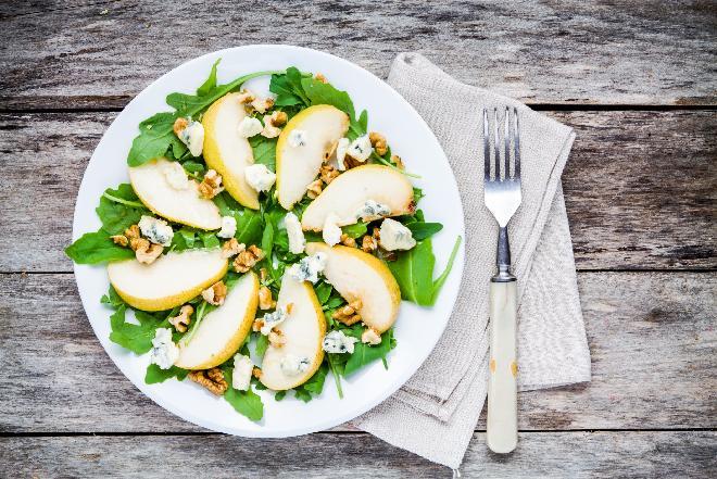 Sałatka z rukoli, gruszek i sera pleśniowego - przepis na lekką przystawkę