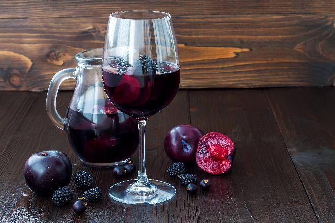 Wino śliwkowe [przepis] - jak długo się robi, ile cukru dodać?